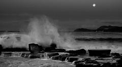 6h du mat (joboss83) Tags: mer var nuage ciel eau beach lune méditerranée sea landscape cloud matin groupenuagesetciel nb