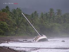 (220/18) Un mal día (Pablo Arias) Tags: pabloarias photoshop photomatix capturenxd rsúlarias agua mar océano pafífico árbol paisaje bosque palmeras playa costarica yate