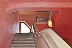 Staunen im Goetheanum (Uli He - Fotofee) Tags: ulrike ulrikehe uli ulihe ulrikehergert hergert nikon nikond90 fotofee farben formen rundungen architektur treppenhaus licht