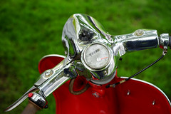 At helm of the Triumph T10 (Eric Flexyourhead) Tags: vancouver canada britishcolumbia bc vandusenbotanicalgarden 2018 allbritishfieldmeet abfm bike scooter detail fragment british english triumph t10 triumpht10 triumpht10automatic handlebars instrument gauge speedometer chrome shiny red shallowdepthoffield sonyalphaa7 zeisssonnartfe55mmf18za zeiss 55mmf18