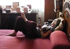 ¡Es domingo! (Franco D´Albao) Tags: francodalbao dalbao fujifilmfinepixhs50exr judith retrato portrait mujer woman cama bed lectura reading libros books descanso resting relax