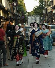 Geishas at Gion (Vict()r) Tags: japan kyoto 2006 maiko geisha kimono wakana kotoha suzuha mameteru