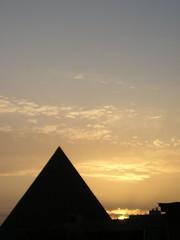 Pirmide (Manme) Tags: sky espaa contraluz atardecer andaluca europa cielo nubes fuengirola mlaga anochecer pirmide