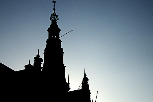 Door de belichting in te stellen op de lucht verdwijnt al het detail uit het stadhuis van Leiden
