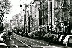 Kastanienallee (abbilder) Tags: auto berlin cars film car analog blackwhite nikon xp2 analogue autos fahrrad prenzlauerberg gasse castingallee kastanienallee abbilder parkenreihe wwwabbildercom