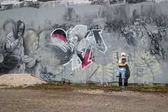 the wall (nicolas-7878) Tags: mur wall tag urbain peinture art littel ombre extérieur outdoor people kid child boy enfant pose nikon nikond5500 tague lighting light lumièrenaturelle lumière gris nikonpassion