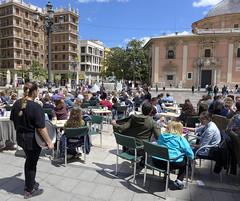 Tourists relaxing in Valencia (ChiralJon) Tags: valencia weekend break relaxation spain holiday magazine journalism media la plaza de virgen valenciana communitat turia fountain valència
