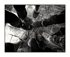 Friends will be friends (Aviones Plateados) Tags: friends amics amigos children niños blancoynegro blancinegre blackandwhite mobile cell phonecamera shoes sabates zapatos
