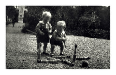 i gemelli giocano con i birilli - Vicenza maggio 1936 (dindolina) Tags: fotografia photo blackandwhite bw biancoenero monochrome monocromo sepia seppia italy italia veneto vintage vicenza vignato family famiglia history storia gemelli twins 1936 1930s annitrenta thirties birilli skittles toy