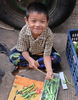 A moment of interaction - Life is fun! - Yangon (Rangoon), Myanmar (Birma)