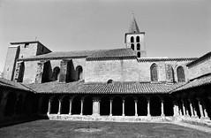 Cloître de l'abbaye de St-Papoul (Philippe_28) Tags: aude 11 saintpapoul cloître abbaye abbey monastère france europe 24x36 argentique analogue camera photography film 135 bw nb