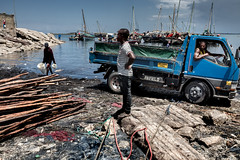 © Zoltan Papdi 2017-2427 (Papdi Zoltan Silvester) Tags: zanzibar stonetown scène viequotidienne lumière ombre humain voyage arrivage femme journalisme reportage bois travail port pêche vente scene everydaylife light shadow human trip arrival wife journalism report wood job harbor peach sale