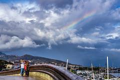 Buen fondo para selfie (Pirata Larios) Tags: puente selfie cielo arcoiris callejera nube street calle puerto bridge sky streetphoto streetphotography harbor rainbow clouds rain rainingday couple