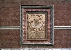 """""""Il Sole ogni dì volta"""" (Alfredo Liverani) Tags: europa europe italia italy italien italie emiliaromagna castellarquato castellarquato1983 orologio clock uhr orologiosolare sonnenuhr sonnenuhren sundial sundials solare rellotgessolars relojessolares cadranssolaires cadransolaire cadrans solaires cadran solaire meridiana meridiane méridienne pentaxmx pentax mx asahi"""