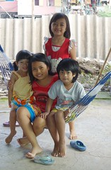 children in a hammock (the foreign photographer - ฝรั่งถ่) Tags: four children hammock khlong lat phrao portraits bangkhen bangkok thailand sony rx100