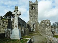 Slane Abbey, Hill of Slane - County Meath RoI (Ron's travel site) Tags: tower ruin slaneabbey abbey slanehill slane countymeath meath ireland roi erie europe ronstavelsite wwwronsspotuk 150418 hidhcross standingcross cross