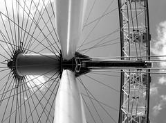 Spokes (StrongGrace Photography) Tags: nikoncoolpixp610 grosbritannien britischeinseln england london greatbritain britishisles londoneye ferriswheel riesenrad bw schwarzweis einfarbig unitedkingdom sky himmel speichen spokes southbank riversidewalk stronggracephotography ©ninahesse