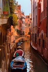 Venice : Rio de San Cassan / Rio di San Cassiano (Pantchoa) Tags: vénétie sancassan rio pont barque bateau venise maisons atchitecture façades ciel eau pontegiovanniandreadellacroce balcon fleurs sancassiano