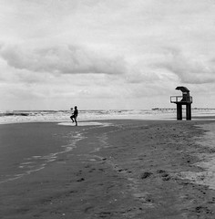 (glauberpitfall) Tags: filphotography filmisnotdead yashicamat124g yashinon80mm kodak400tx blackandwhite monochrome beach praia tramandaí brazil