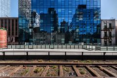 Caminando por las vias (Perurena) Tags: ciudad city vias tren train edificio building reflejo reflection transporte paisajeurbano highline paseo nuevayork manhattan estadosunidos usa