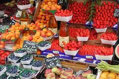 Vielfalt der Farben (dirklie65) Tags: myrtilles cerises fruit cherry kirschen strawberry erdbeeren apfelsaft jusdepommes aprikosen pêches blaubeeren france paris montmartre pfirsiche coleur colors farben obst