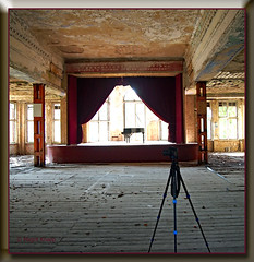 Veranstaltugssaal (magritknapp) Tags: lostplaces raum piano stativ vorhang