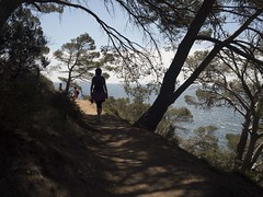 Afrodita passeja per la Costa Brava... (Gelsauc) Tags: costabrava mitologia llum llumiombra ligth clarobscur siluetes cami way