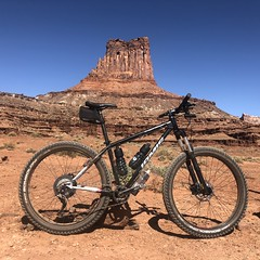 Jamis Dragonslayer on White Rim Road (tony perrie) Tags: canyonlands canyonlandsnationalpark nationalpark islandinthesky jamis jamisdragonslayer dragonslayer mountainbike mtb utah whiterimroad whiterim mountainbiking