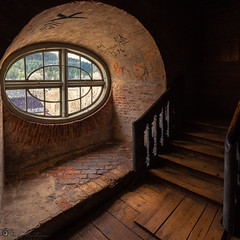 "The oval window • <a style=""font-size:0.8em;"" href=""http://www.flickr.com/photos/126602711@N06/41013680525/"" target=""_blank"">View on Flickr</a>"