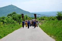 180520-01 Молодёжный крестный ход поднялся к Бештаугорскому монастырю