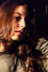 Modelo:Heloiza Fantini (luizleitefotografia) Tags: luzes brilho olhares olhar poses claro escuro cabelo olho boca braã§os roupas fundo vestido maquiagem