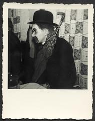 Archiv Hel367 Betriebsfasching, 1950er (Hans-Michael Tappen) Tags: archivhansmichaeltappen betriebsfasching fasching karneval feier kostümierung vergnügen fotorahmen outfit kleidung geselligkeit gesellschaft firmenfasching 1950s 1950er clown schminke