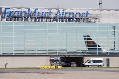 Frankfurt Airport: Lufthansa in einer Spiegelung (kevin.hackert) Tags: rheinmain vorfeld linienflugzeug flughafen eddf outdoor metropole airport jet flugzeug cargo rheinmainflughafen ffm hessen fra aircraft frankfurtammain 069 apron frankfurt main rollfeld fahrzeug fraport boden verkehrsflughafen