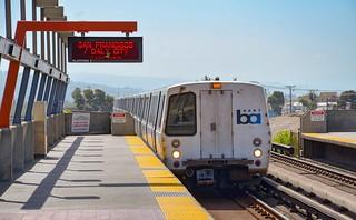 Une rame type C du BART entre dans la station Fruitvale. Le BART est le RER de San Francisco. Il roule de façon semi-automatique sur un écartement de 1676mm, l'écartement indien.