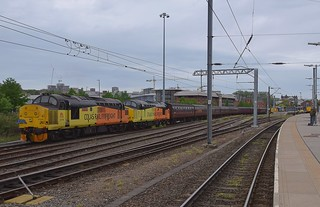 Norwich Class 37s- Colas 37219 & 37116 on the left, with DRS 37407 on the front of the Short Set, with 37405 tailing and on the far right, 37038 on the Dock. 12 05 2018