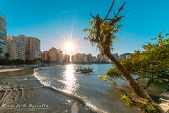Ponta das Galhetas - Guarujá-SP/Brasil (Ricardo Perrella - Fotografia) Tags: praia beach sunset brazil mar barcos sol sun verão guarujá sonya7rii sony a7rii alpha irixlenses irix11mm 11mm sunstars waves ultrawide wideangle angle wide irix mc11 buldings shore blue trees ocean afternoon