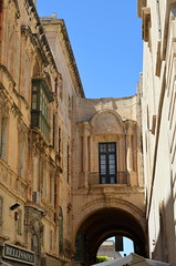 Old Theatre Street [Valletta - 25 April 2018] (Doc. Ing.) Tags: 2018 malta valletta lavalletta ilbeltvalletta city capital spring grandmasterpalace arch architecture building window dwwg oldnewwindowsdoors