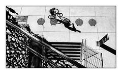 Jeu de la marelle. (francis_bellin) Tags: ombres photos rue noiretblanc monochrome blackandwhite street vélo marseille copains photoderue streetphoto 2018 mai mucem