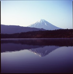(✞bens▲n) Tags: hasselblad 500cm velvia 100 at200 carl zeiss 80mm f28 film analogue 6x6 japan yamanashi lake water reflection mount fuji mountain morning
