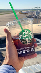Plane Spotting und Cold Brew Coffee von Starbucks (marcoverch) Tags: planespotting coldbrewcoffee starbucks summer sommer people menschen outdoors drausen travel reise drink getränk hand glass glas vacation ferien beach strand woman frau water wasser nature natur sky himmel man mann adult erwachsene sand health gesundheit sea meer fairweather schöneswetter fun spas colours candid bluesky boats bike shop england pose children restaurant