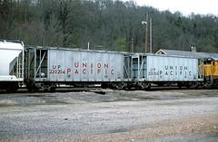 UP 220204 (Chuck Zeiler) Tags: up 220204 railroad freight car covered hopper cotter train chuckzeiler chz