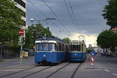 An der Lothstraße trifft der in die dortige Schleife rollende P-Zug 2006/3039 den stadtwärts fahrenden M4-Zug 2412/3407 (Frederik Buchleitner) Tags: 2006 2412 3039 3407 linie22 mwagen m4 munich münchen pwagen sofa sonderfahrt sporvejshistoriskselskab strasenbahn streetcar tram trambahn