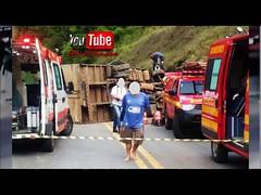 Caminhão baú tomba na MG 120 e carga de brinquedos é saqueada (portalminas) Tags: caminhão baú tomba na mg 120 e carga de brinquedos é saqueada