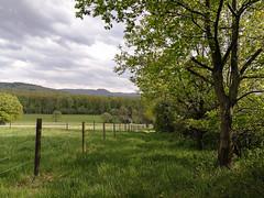 (Vitatrix) Tags: badenwürttemberg landschaft landscape berge schwäbischealb bäume wiese wolken himmel zaun