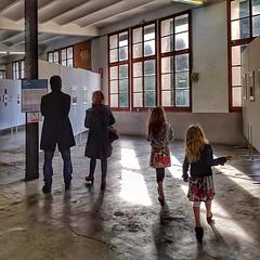 Cultura en família !   -  Family culture (Miquel Lleixà Mora [NotPRO]) Tags: familia family cultura expo festimatge persones people gent streetphoto streetlife life