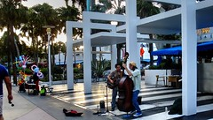 Lincoln Rd. duet (Raúl Alejandro Rodríguez) Tags: artistas callejeros buskers street musicians árboles trees palmeras palmtrees vendedor vendor south beach miami florida usa