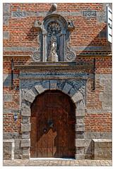 À un certain moment de l'Histoire (Jean-Marie Lison) Tags: eos80d sigmaart porte niche statue lessines belgique