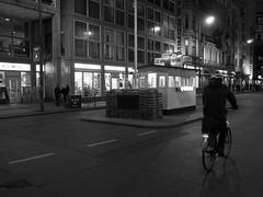 Checkpoint Charlie (Franco & Lia) Tags: street fotografiadistrada photographiederue berlin berlino deutschland germania germany notte bynight checkpoint charlie blackwhite noiretblanc biancoenero schwarzundweiss