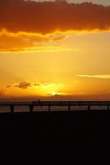 Orange watch (samytux) Tags: waimea waimeabay waimeastaterecreationpier kauai kauaʻi hawaii hawaiianlife sunset sunsetatthebeach backlighting pier coucherdesoleil playa plage atardecer puestadesol muelle sol nubes cloud