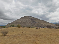 Zona Arqueológica de Teotihuacán, Estado de México (ntnlsk) Tags: estadodeméxico teotihuacán grey pirámide cloudy sunday people méxico estadodemexico